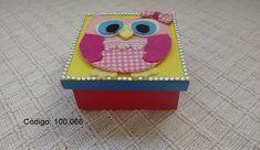 Linda caixa em MDF pintada a mão, com aplique de uma corujinha em feltro, detalhes em tecido e strass.