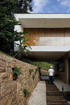 maison contemporaine avec cloison en pierres