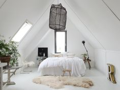 Natuur in huis: gebruik wol, riet en hout in je interieur | STYLING | vtwonen Cheap Beach Decor, Verre Design, Retro Home Decor, Cafe Interior, Cool Rooms, Room Inspiration, Home Remodeling, Home Furniture, New Homes