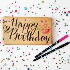 DIY Happy Birthday Handlettering mit einem Tombow Brushpen für eine Geschenkverpackung. Inspiration auf yeah handmade