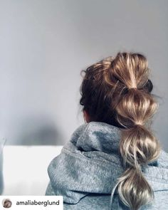 A bubble ponytail is one of my favorite workout hairstyles! Let& kick off the new year right! Here are the top 10 best hairstyles for working out so you can look fabulous while achieving those New Year& resolutions . Hot Hair Styles, Medium Hair Styles, Curly Hair Styles, Ponytail Hairstyles Tutorial, Easy Hairstyles, Sport Hairstyles, Tomboy Hairstyles, Ponytail Tutorial, Hairstyle Ideas