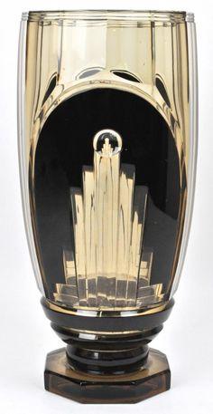 Val St Lambert vase 'Foch'. Joseph Simon 1935. Vase cristal topaze soufflé,,doublé noir et taillé. Signature VSL à la pastille à l'acide