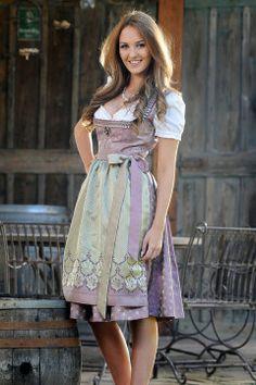 Miss Styria im Dirndl von Hiebaum, lila-grün.