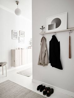 From the living room to the bedroom, kitchen and even hallway, every little corner of this home is decorated to perfection – all in the same white, beige and grey color palette. This light grey and beige combo has a … Continue reading → Design Scandinavian, Scandinavian Apartment, Scandinavian Interiors, Swedish Design, Nordic Design, Appartement New York, White Floorboards, Decoration Entree, Wooden Storage Boxes