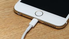 Is it dangerous to leave your smartphone plugged into the charger overnight? What's the best way to charge your smartphone and what should you avoid? Find out as we seek out the truth about charging. Ios, Ideas Actuales, Smartphone Hacks, Digital Trends, Tech Gadgets, Solar Power, Lifehacks, Plugs, Usb Flash Drive