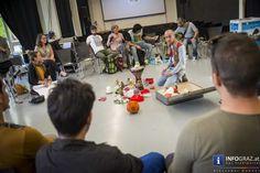 """Bilder von Crossroads 2016 im Forum Stadtpark Graz   Wir besuchten #Crossroads am Donnerstag, wo das Tagesmotto """"#Refugees Realities"""" am Programm stand. Der gemeinsam mit Geflüchteten gestaltete Tag biet reichlich Gelegenheiten zum Kennenlernen, Spielen und gemeinsamen Essen mit neu gewonnen Freunden aus dem #Irak, #Syrien, oder #Afghanistan. Am Abend zeigte der Film """"Salam Neighbor"""" die erdrückenden #Lebensrealitäten im Camp Za'atari in #Jordanien, einem mit 80 000 Bewohnerinnen und…"""