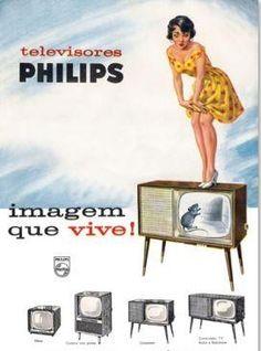 Televisores Philips - Anos 50 Nos primórdios da televisão, a Philips apresentava belos aparelhos robustos com acabamento de madeira. Para completar o aspecto retrô, o anúncio fazia uso de uma pin-up, atraindo mais as nossas atenções.