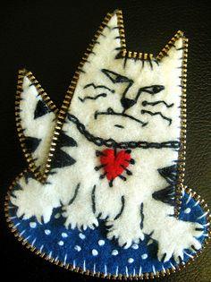 Grumpy kitty with felt & zipper teeth by Woolly Fabulous, via Flickr