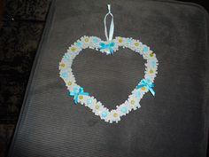 Hart gemaakt van puzzelstukjes (puzzels bewaren die niet compleet zijn). Bewerkt met knoopjes en strikjes.