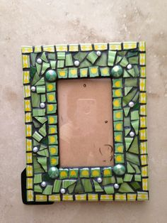 Mosaic frame in green and yellow Blue Mosaic, Mosaic Diy, Mosaic Garden, Mosaic Crafts, Mosaic Tiles, Stone Mosaic, Mosaic Glass, Glass Art, Mosaic Designs