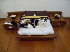 Een bed voor de kat. Een bed voorzien van nachtkastjes als loungeplek voor je kat. Cedel Pets & Style