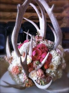 Antler Centerpiece. Not these flowers but this would be cute