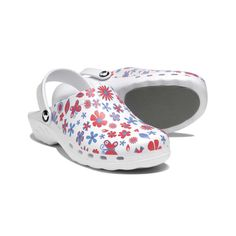 Nothing like pretty florals to brighten your day! Put a spring in your step with Suecos Oden Theatre Clogs in Midsummer. These clogs are perfect for those long shifts on your feet as they feature anti-slip soles and arch support. #clogs #nursing shoes