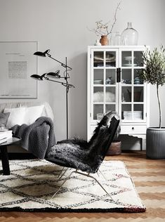 Scandinavian design is one of the most beautiful and elegant ways to decorate your home, and we absolutely love it. This is domino's ultimate guide to decorating your home with a Scandinavian design inspired interior. Home Interior, Living Room Interior, Rugs In Living Room, Living Room Designs, Living Room Decor, Interior Design, Cozy Living, Nordic Living, Interior Livingroom