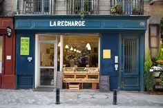Cette jolie façade bleue c'est La Recharge : une épicerie. Le concept est simple : éviter les déchets. Venez avec vos récipients, Tupperware et bouteilles etc…  Remplissez les. Nous les avions connu sur Kiss Kiss Bank Bank, super contents de voir ce projet en chair et en os !