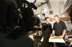 Más imágenes del equipo de grabación de Travel Channel en la cocina de The Black Turtle. ¡Buen feeling entre ambos equipos! www.theblackturtle.es