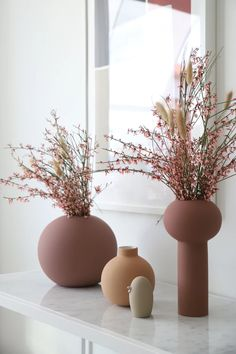 English Swedish Product Care The Ball vase was the beginning of a new journey for Cooee. The round minimalistic vase was the first product in the living co Rose Vase, Flower Vases, Flower Arrangements, Flower Vase Design, Painted Vases, Hand Painted, Keramik Vase, Deco Design, Vases Decor