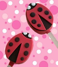and yummy: Ladybug Rice Krispies Pops. Shape a rice krispies treat into an egg, dip it in dark chocolate and add modeling chocolate decorations. Modeling Chocolate, Chocolate Dipped, Chocolate Chips, Rice Crispy Treats, Krispie Treats, Chocolate Rice Krispies, Reis Krispies, Valentines Day Treats, Valentine Ideas