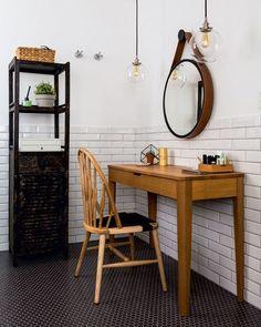 Em alta com os arquitetos, os subway tiles – placas cerâmicas que remetem aos famosos azulejos das estações de metrô londrinas – conferem um quê de escandinavo ao projeto de Marcelo Nunes, Thais Aquino e Luis Bernardi, do DT Estúdio (@dtestudio). No banheiro, coube até um cantinho para maquiagem, sonho antigo da proprietária.  #revistacasaclaudia #decor #decoration #decoração #home #house #casa #bath #bathroom #banheiro #subwaytiles