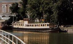 De voormalige plezierboot Stad Dokkum deed in de jaren 70 en 80 dienst als antiquariaat onder de naam De Boekenboot. Het schip had jarenlang zijn ligplaats aan de Nieuweweg bij de Beurs. Het antiquariaat zeteld tegenwoordig te Hallum.