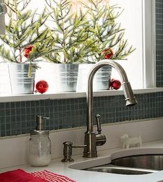 Give your kitchen a festive makeover with these kitchen Christmas decorations. From rustic to farmhouse Christmas kitchens, there are plenty of ideas. Above Cabinet Decor, Decorating Above Kitchen Cabinets, Diy Kitchen Decor, Kitchen Ideas, Kitchen Craft, Farmhouse Christmas Kitchen, Country Kitchen, Christmas Home, Christmas Ideas