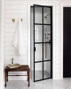 Adorable Farmhouse Bathroom Decor Ideas And Remodel ~ Home Design Ideas Bad Inspiration, Bathroom Inspiration, Home Interior, Decor Interior Design, Interior Livingroom, Bathroom Interior, Casa Santa Rita, Black Shower, Modern Farmhouse Bathroom