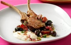 Stegt lam med ostecreme, bsgte tomater, og oliven i olie, eddike dressing