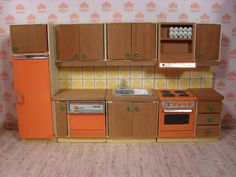 I should fix up my vintage Lundby house and put this fab kitchen back where it belongs:-)