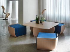 Veneered wood coffee table, in 3 finishes, with 4 extractable poufs, available in diffent covers.