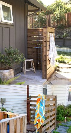 32 beautiful DIY outdoor shower ideas: creative designs & plans on how to build easy garden shower enclosures with best budget friendly kits & fixtures! – A Piece of Rainbow outdoor projects, backyard, landscaping, Outdoor Pool Shower, Outdoor Shower Enclosure, Backyard Patio, Backyard Landscaping, Landscaping Ideas, Outside Showers, Outdoor Projects, Outdoor Decor, Diy Backyard Projects