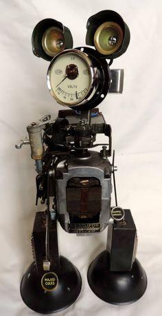 Ecliptic, hauteur 40 cm. Sculpture métal recyclé de machine à écrire et divers accessoires. # robot # sculpture # métal recycler # machine à écrire ancienne #