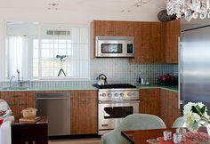 10 Eco-Friendly Renovations to Make at Home - Kitchen - Instandhaltungsarbeiten Condo Kitchen, Glass Kitchen, Green Kitchen, Kitchen Flooring, New Kitchen, Kitchen Remodel, Kitchen Cabinets, Kitchen Ideas, Kitchen Renovations