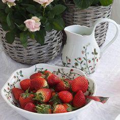 Jordbæreng: Jordbærbolle 23cm - Hyttefeber.no Strawberry, Cookies, Fruit, Food, Products, Crack Crackers, Biscuits, Essen, Strawberry Fruit
