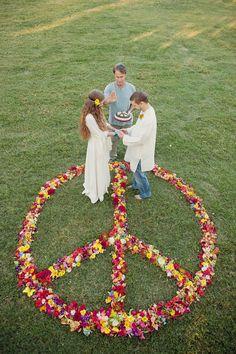 """""""Peace, love and understanding"""". Här har vi verkligen ett flower power inspirerat bröllop! [70's wedding.] #wedding #bröllop #ecobride"""
