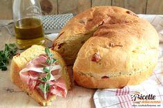 La torta al formaggio viene preparata nel periodo di Pasqua tipicamente nelle regioni del centro-Italia. E una torta salata molto saporita che tipicamente viene accompagnata con uova e salame durante lantipasto o la colazione pasquale.