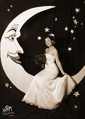 Paper moon photo booth idea,how do we make this happen????