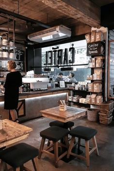 Stunning Coffee Shop Design Ideas That Most Inspiring 22 Rustic Coffee Shop, Vintage Coffee Shops, Cozy Coffee Shop, Small Coffee Shop, Rustic Cafe, Coffee Cafe, French Coffee Shop, Industrial Coffee Shop, Coffee Brewer