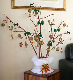 Minha árvore de natal feita de galhos secos, lacinhos de feltro verde dão toques de folhas