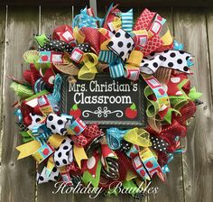 16 Teacher Wreaths You'll Want to Make for Your Classroom Classroom Wreath Diy, Teacher Door Wreaths, Teacher Door Hangers, School Wreaths, Teacher Doors, Classroom Fun, Wreath Crafts, Diy Wreath, Wreath Ideas