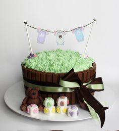 bolo kit kat com massa de chocolate e baunilha e recheio de chocolate branco e ao leite
