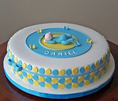 Love the simplicity of the circle plates on the side of the cake