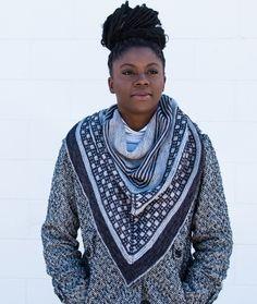 Перевод описания модного бактуса связанного спицами в двух цветах пряжи.Бактус — это оригинальный вязаный шарф, имеющий треугольную форму. Этот многофункциональный предмет гардероба — идеальное дополнение образа.Такой бактус можно носить с чем угодно,всегда выглядит очень стильно и современно. Easy Knitting Patterns, Free Knitting, Smart Casual Outfit, Casual Outfits, Knitting For Beginners, Knitted Shawls, Double Knitting, Daily Wear, Men Sweater