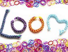 Très amusants et vraiment pas chers, les élastiques Rainbow Loom suscitent la curiosité et titillent notre créativité. Découvrez de nombreux modèles de bracelets, de charms et de figurines et amusez-vous à crocheter les élastiques.