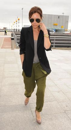 46 trendy how to wear green pants casual simple Moda Victoria Beckham, Victoria Beckham Style, Mode Chic, Mode Style, Vic Beckham, Look Fashion, Winter Fashion, Fashion Black, Cheap Fashion
