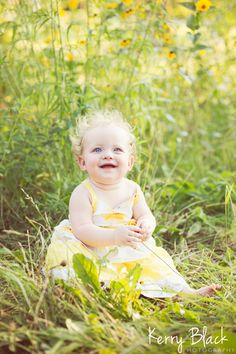 Baby in field lifestyle photography. 1 year baby photo.