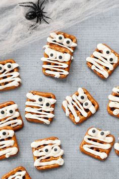Only 3 ingredients to make these simple and easy mummy pretzels treats for a fun food idea for your Halloween party. food treats for school MUMMY PRETZELS -- EASY fun food ideas for Halloween Diy Halloween Essen, Creepy Halloween Food, Halloween School Treats, Hallowen Food, Halloween Appetizers, Halloween Food For Party, Halloween Halloween, Easy Halloween Desserts, Halloween Decorations