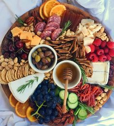 We're in love with this gorgeous cheese platter! Meat And Cheese Tray, Charcuterie And Cheese Board, Charcuterie Platter, Antipasto Platter, Cheese Boards, Food Platters, Cheese Platters, Appetizers For Party, Appetizer Recipes