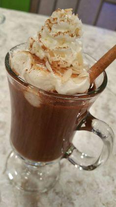 Chocolate caliente Ingredientes: 2 tz leche 2 palitos canela 3/4 tz chocolate semidulce 1/2 cdta vainilla 1/2 cdta extracto de almendras 8 marshmallow 2 cdas crema de coco Almendras en lascas para decorar Crema batida para decorar Canela en polvo a gusto Coco rallado a gusto Procedimiento: En una olla añadir los primeros 7 ingredientes … … Sigue leyendo →