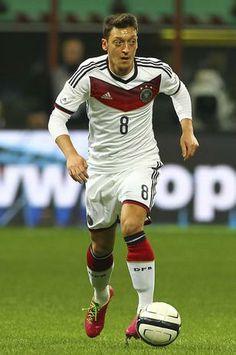 Mezut Ozil scores winner to help Germany defeat Algeria in the 2014 World Cup