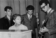 Classic Photo: Buddy Holly shows Jerry Lee Lewis, Don Everly, and Jimmy Velvet how it's done. - That Eric Alper Rock And Roll, Rock N Roll Music, Jerry Lee Lewis, Buddy Holly Musical, Ritchie Valens, Famous Singers, Music Icon, Popular Music, Rare Photos